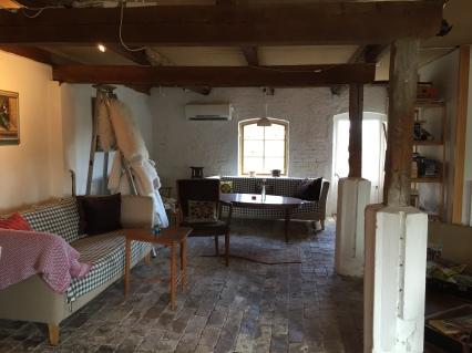 Vardagsrummet med kamin, som var en ombyggd lada.