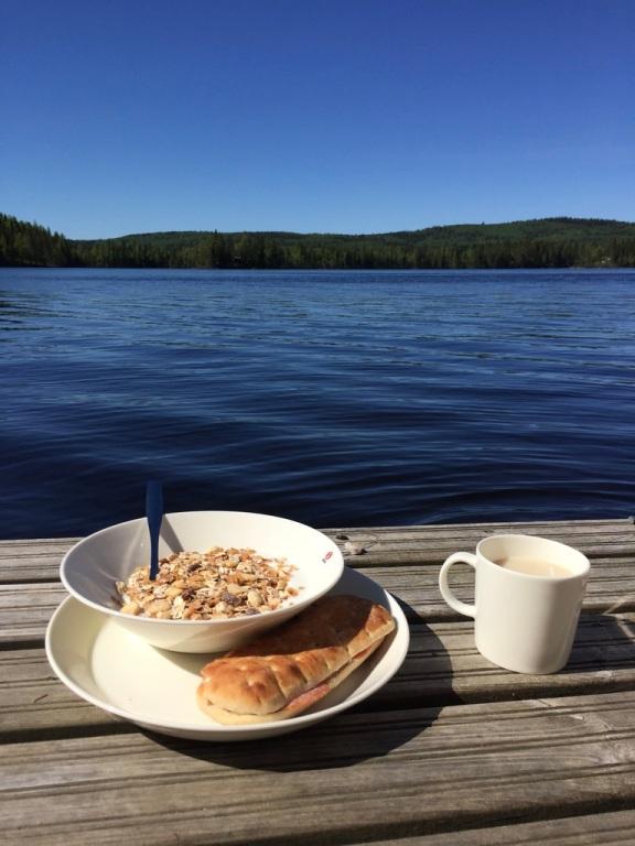 Morgonjogg, nakenbad och frukost på bryggan. Svårslaget!