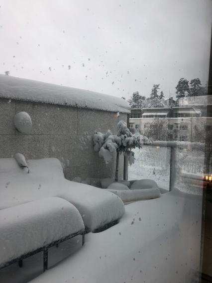 Mycket snö på balkongen nu!