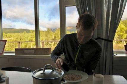 Frukost i stugan medans dagens planer diskuteras.